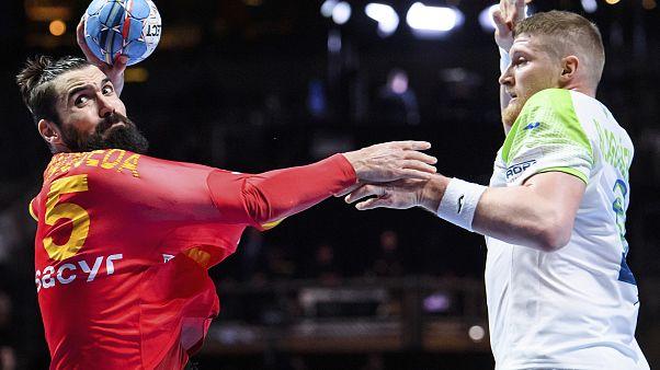 Jorge Maqueda y Blaz Blagotinsek en la final de balonmano