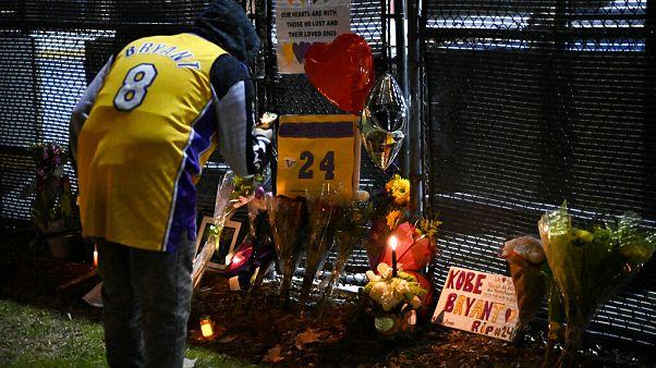 Virágokkal, lufikkal tisztelegtek Kobe Bryant előtt