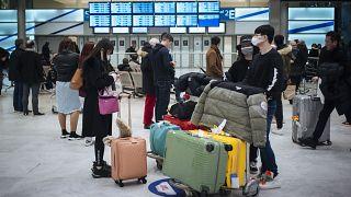 وصول مسافرين من العاصمة الصينية بكين وهم يرتدون أقنعة، إلى مطار شارل ديغول، شمال باريس- الإثنين 27 يناير2020