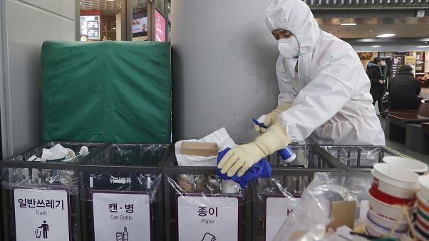عامل في أحد المطارات في كوريا الجنوبية