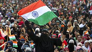 Egy indiai muszlim nő tüntet a diszkriminatív alkotmánymódosítás ellen