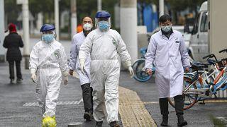 Çin'in Vuhan kentinde sağlık görevlileri