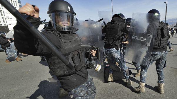 عناصر شرطة تابعون لوحدة مكافحة الشغب في وسط بيروت يعتقلون متظاهراً في بيروت