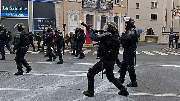 Un CRS utilise un lanceur de gaz lacrymogènes lors d'une manifestation du mouvement Gilets jaunes à Bourges, dans le centre de la France, le 12 janvier 2019.