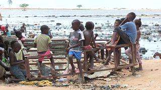 """Grupo de crianças do """"povoado"""" de lata para onde foram expulsos os residentes de Areia Branca"""