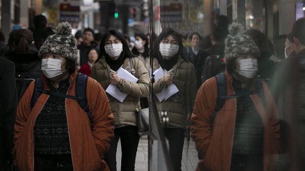 """أول وفاة في بكين جراء فيروس كورونا المستجدّ وتهديد الوباء """"مرتفع"""" دولياً"""