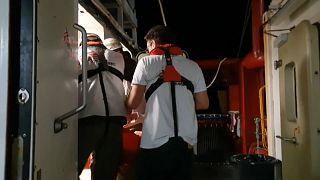 Nuevos rescates aumentan a 419 los migrantes que esperan para desembarcar en un puerto seguro