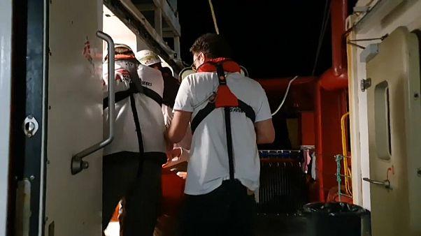 Εκατοντάδες μετανάστες αναζητούν λιμάνι - Παραμένουν σε πλοία στη Μεσόγειο