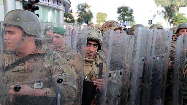 Libanoni katonák őrzik a parlament bejáratát