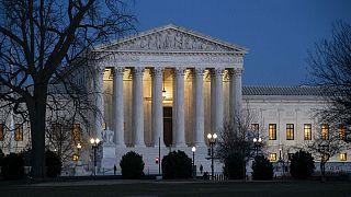 دیوان عالی آمریکا تایید کرد: دولت میتواند به مهاجران نیازمند به کمک مالی گرین کارت ندهد