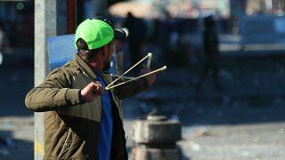 محتجو العراق يعيدون نصب خيامهم وسط مخاوف من تصعيد بعد قصف السفارة الأمريكية