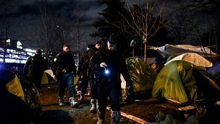 Évacuation d'un camp de migrants parisien : mise à l'abri ou opération de communication?