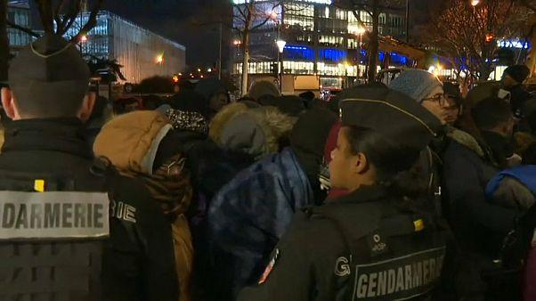 بدأت عملية إخلاء المخيم في باريس في ساعات الصباح الأولى