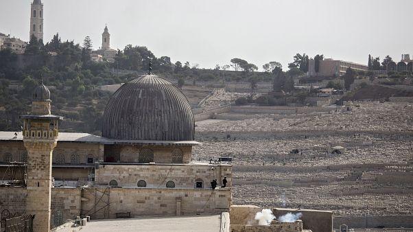 جنديان إسرائيليان يطلقان القنابل المسيلة للدموع في حرم المسجد الأقصى (أيلول/سبتمبر 2019)
