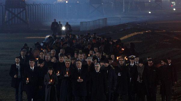 """شاهد:  مسيرة على أضواء الشموع للناجين من معسكر """"اوشفيتز"""" في ذكرى المحرقة"""
