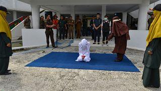 """شاهد: فرقة جلد نسائية لمحاسبة """"مرتكبي الجرائم الأخلاقية"""" في إندونيسيا"""