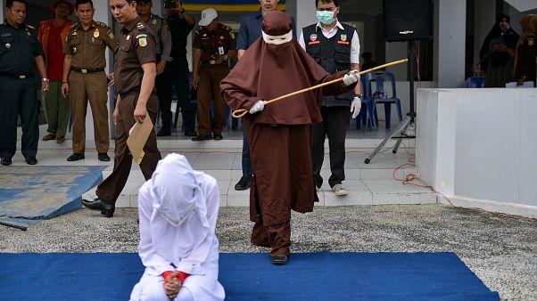 Endonezya'nın Açe kentinde kırbaç cezası