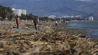 La gente camina por la playa después de que la tormenta Gloria azotara la costa este de España en Torremolinos, España, el domingo 26 de enero de 2020.