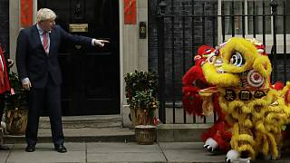Primeiro-ministro Boris Johnson opta por manter a porta semi-aberta à China