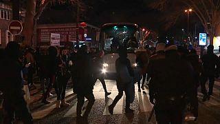 ویدئو؛ نیروی ویژه پلیس فرانسه پناهجویان خیابان خواب پاریس را جمع کرد