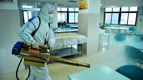 Fertőtlenítőszert szórnak önkéntesek a kínai Santung tartománybeli Csingtaóban 2020. január 28-án