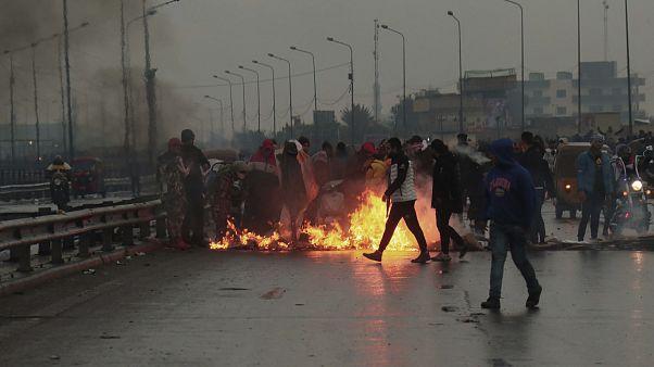 شاهد: تجدد أعمال العنف ضد المحتجين في العراق والسلطات تحظر بث قناة محلية