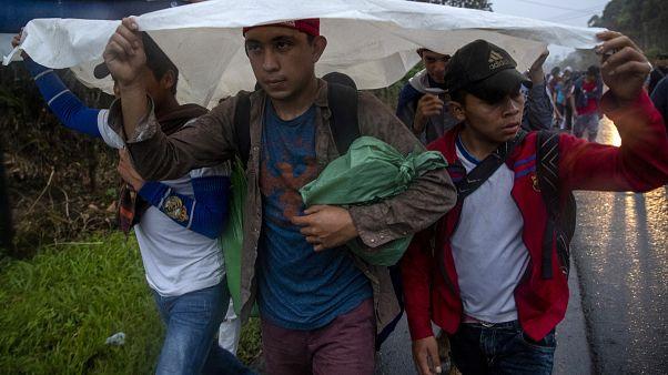 """إيطاليا تسمح برسو سفينة """"أوشن فايكنغ"""" التي تحمل أكثر من 400 مهاجر أنقذوا في المتوسط"""
