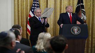 """الرئيس الأمريكي دونالد ترمب وإلى جانبه رئيس الوزراء الإسرائيلي بنيامين نتنياهو خلال إعلان """"صفقة القرن"""" في واشنطن."""