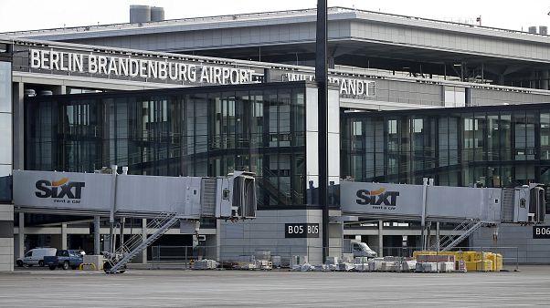 Berlin'de 9 yıldır açılışı ertelenen Brandenburg Havaalanı son testler için 20 bin gönüllü arıyor