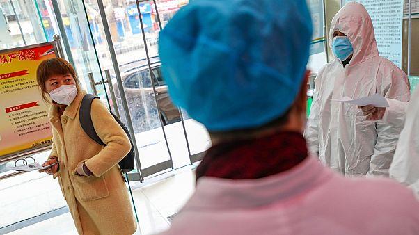 Personnels de santé dans un hôpital de Wuhan accueillant des personnes potentiellement infectées par le coronavirus 2019-nCoV, le 27 janvier 2020.