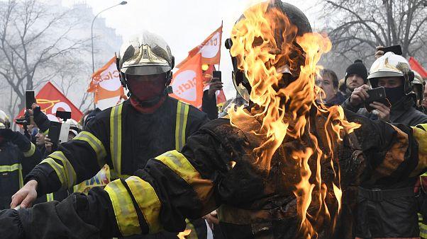 آتشنشانان معترض در پاریس با پلیس درگیر شدند