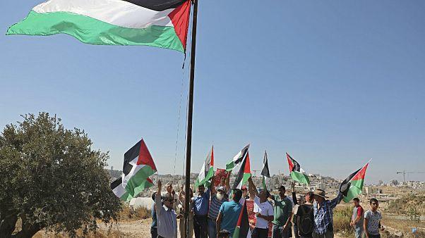 Filistin bayrakları ile İsrail'e tepki gösteren bir grup