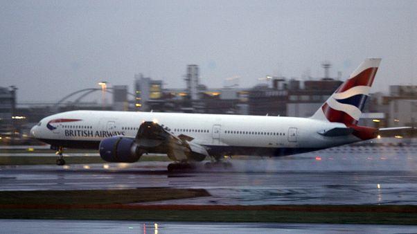 İngiltere'nin başkenti Londra'daki Heathrow Havaalanı'nda British Airways'e ait bir yolcu uçağı