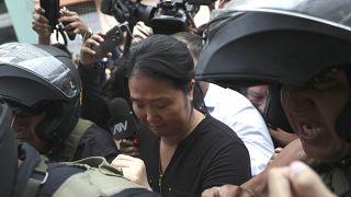 Keiko Fujimori, líder de Fuerza Popular, escoltada por la policía