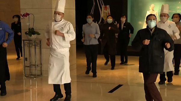 عمال الفندق والطباخون في تدريب صباحي
