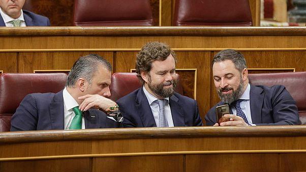 از راست: سانتیاگو آباسکال، رهبر وُکس، ایوان اسپینوزا دلوسمونتروس، عضو وکس و سخنگوی پارلمان اسپانیا، خاویر اورتگا اسمیت، عضو وکس و نماینده پارلمان اسپانیا