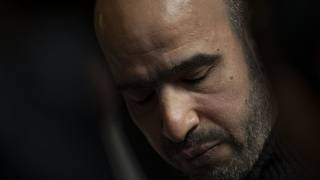 زيادة فقد ستة أفراد من عائلته وبدت عليه خيبة الأمل بعد قرار المحكمة الهولندية