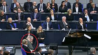 Mit dem Kopf in die Hand gestützt - für seine Haltung während der Rede von Israels Präsident Rivlin erntete Gauland Kritik.