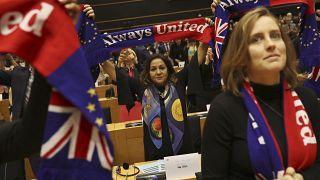 """Сквозь слёзы: Европарламент одобрил сделку по """"брекситу"""""""