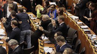"""De lágrimas nos olhos, eurodeputados votam """"sim"""" à saída do Reino Unido da UE"""