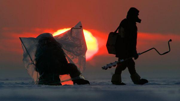 Buz kütlesi üzerinde balık avlayan Rus balıkçılar