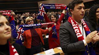 شاهد: وداعٌ ودموع في البرلمان الأوروبي أسفاً وحزناً على خروج بريطانيا من الإتحاد