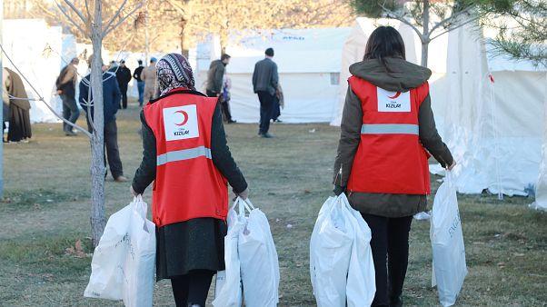 Türk Kızılay Elazığ'da yaşanan depremin ardından yardım götürüyor
