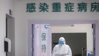 أحد أعضاء طاقم طبي صيني في مستشفى من مدينة ووهان