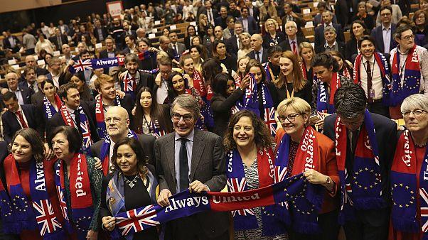 Brexit: gli eurodeputati cantano per dare l'addio ai colleghi britannici