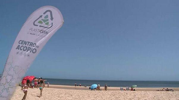 """La revolución del """"plasticoin"""", la moneda que limpia playas en Uruguay"""