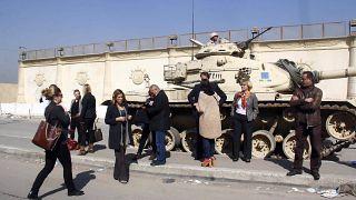 قوات أمنية وصحافيون أمام سجن طرة جنوبي القاهرة - 2014