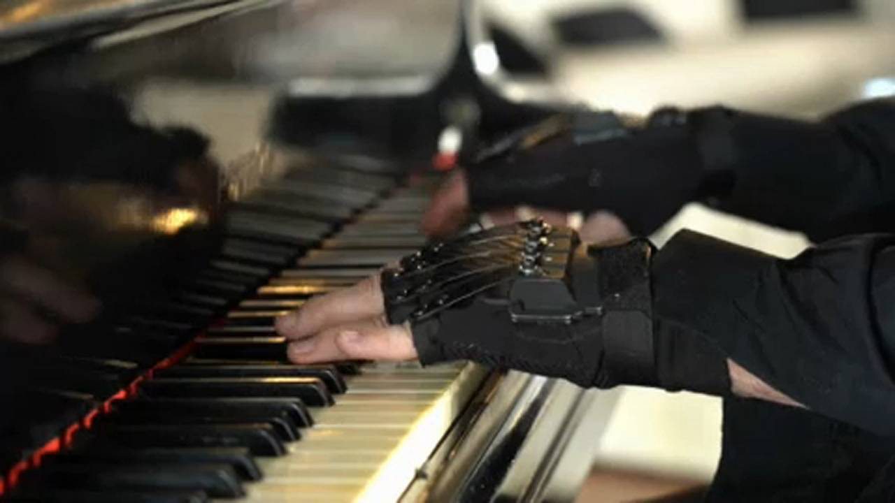 Luvas biónicas devolvem paixão pelo piano a maestro brasileiro