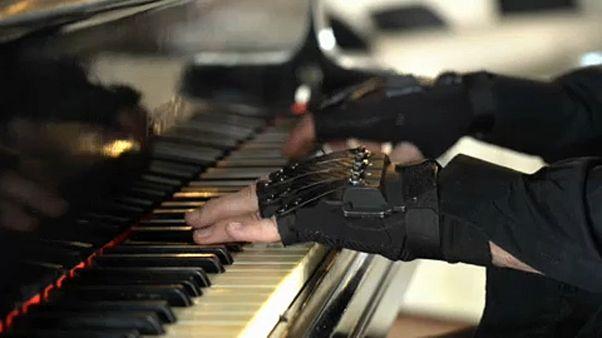I guanti magici che hanno fatto tornare il sorriso al leggendario pianista