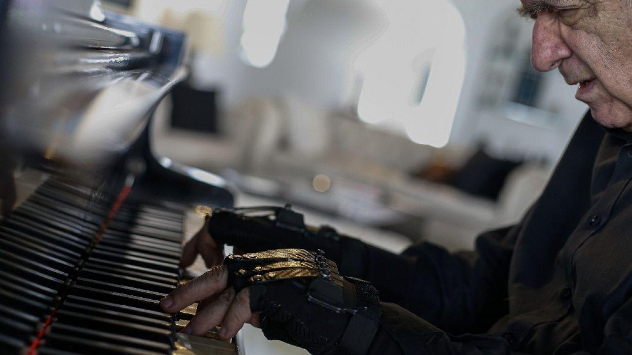 """Magische Handschuhe"": Pianist spielt wieder"